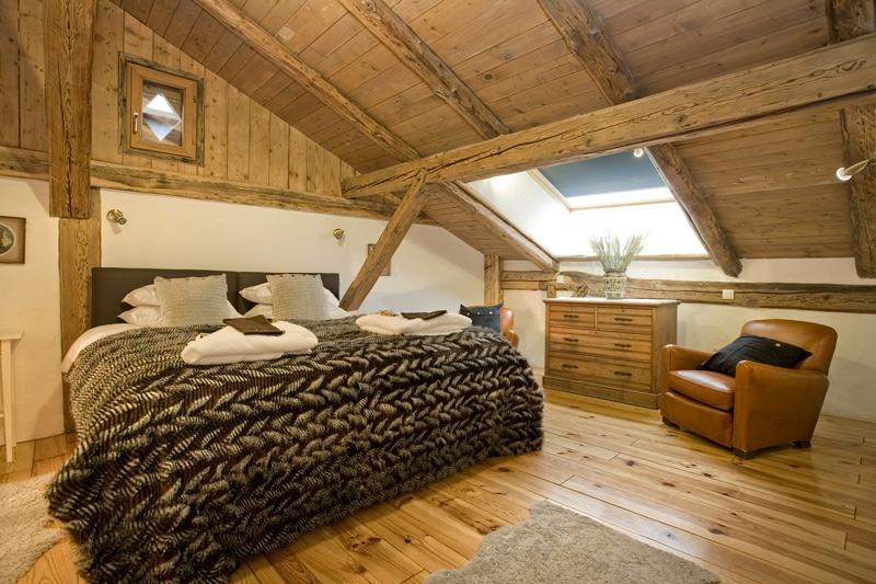 Illuminazione Mansarda In Legno: Una mansarda con tetto in legno utilizzando ...